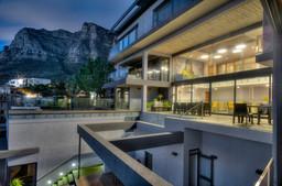 Hintenansicht der Sea Star Rock Lodge in Südafrika   Abendsonne Afrika