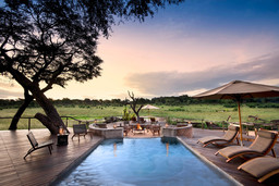 Poolbereich mit Feuerstelle im Somalisa Acacia in Simbabwe | Abendsonne Afrika
