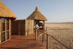 Ausblick von der Veranda der Sossus Dune Lodge in Namibia | Abendsonne Afrika