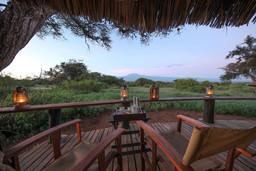 Ausblick von der Tawi Lodge in Kenia | Abendsonne Afrika