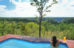 Pool mit Aussicht im The Elephant Camp in Simbabwe | Abendsonne Afrika