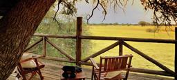 Balkon mit Aussicht im The Hide in Simbabwe   Abendsonne Afrika