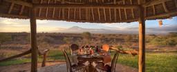 Private Veranda des Familienzeltes im Tortilis Camp in Kenia | Abendsonne Afrika