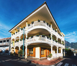 Außenansicht des Tsilaosa Hotels & Spa auf La Réunion | Abendsonne Afrika