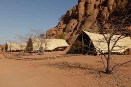 Zelte im Twyfelfontein Adventure Camp, Damaraland, Namibia | Abendsonne Afrika
