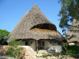 Bungalow der Unguja Lodge auf Sansibar   Abendsonne Afrika